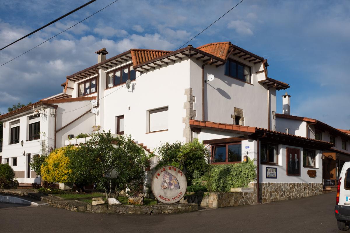 Camino de Santiago Accommodation: Albergue La Cabaña del abuelo Peuto