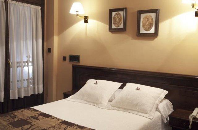 Camino de Santiago Accommodation: Hotel Palacio Arias ⭑⭑⭑