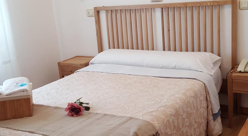 Camino de Santiago Accommodation: Hotel Carabela La Pinta ⭑
