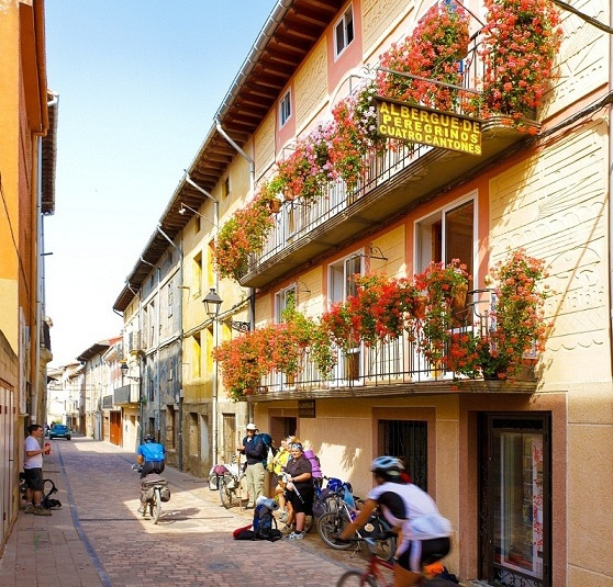 Camino de Santiago Accommodation: Albergue de Peregrinos Cuatro Cantones
